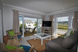 Holiday Apartments - Charming Lux Beach House on the Water